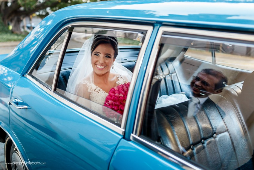 Pai sorri ao ver a noiva chegando no carro