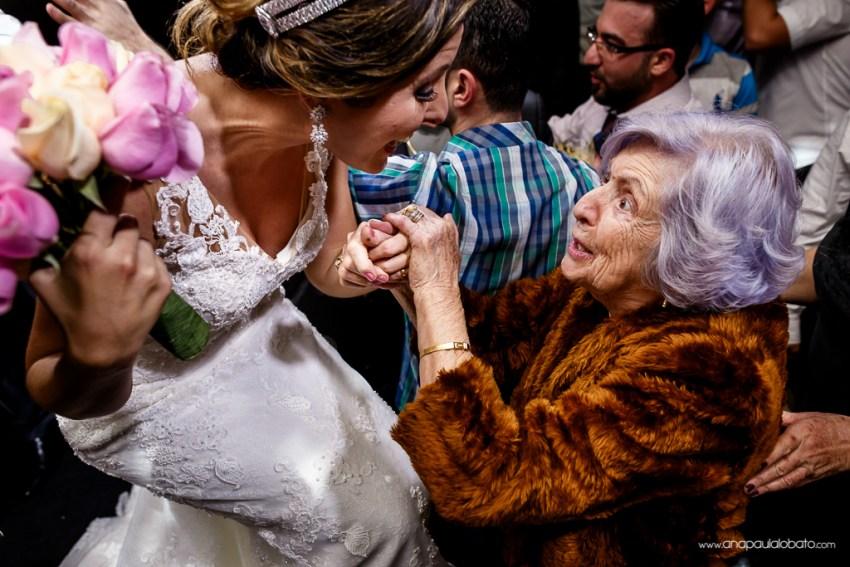 Noiva recebe a benção da avó antes de jogar o buquê