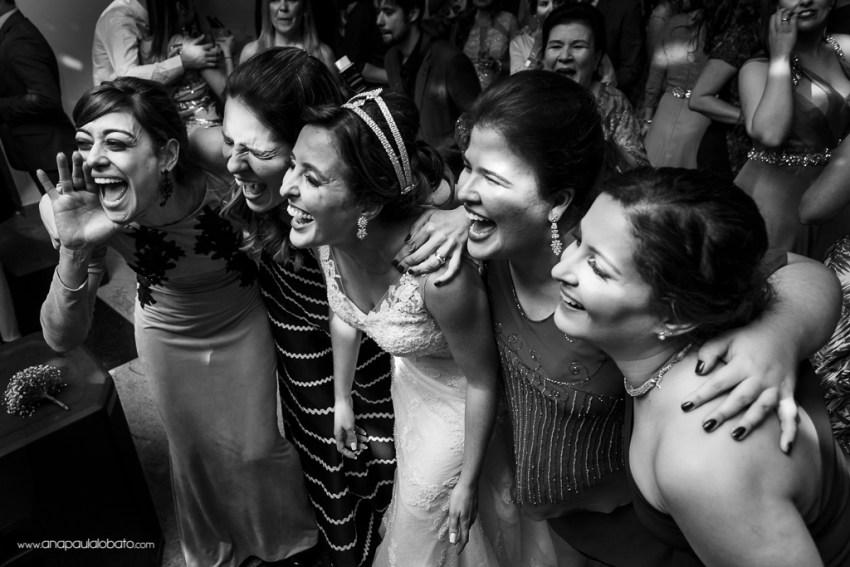 Noiva se diverte com as amigas em seu casamento