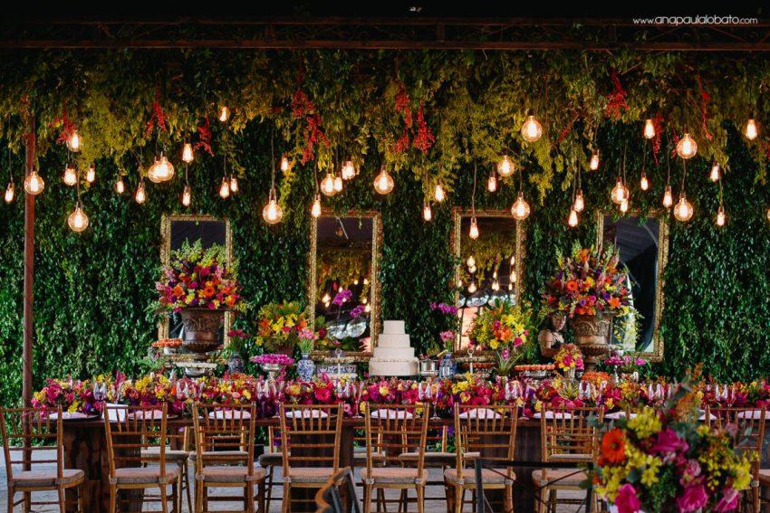 mesa bolo casamento com luzinhas e flores coloridas