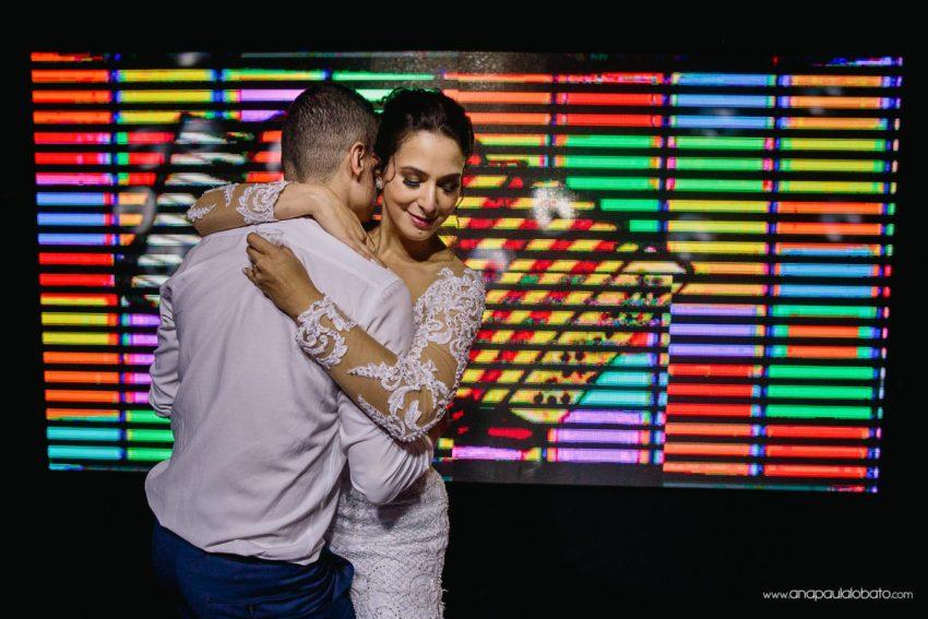 noivos dançam em casamento iluminado