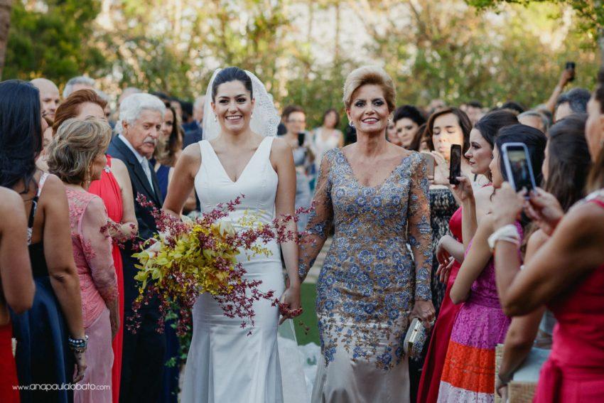 vestido mão da noiva e noiva de Danielle Benício