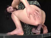 巨大ディルドーを肛門に挿入してオナニーする清純系黒髪お姉さんのアナル動画無料