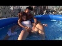 ニューハーフ系女優の大島薫が野外でプールの中で激しいセックスしてるアナルーチンポ 体験 直後 画像