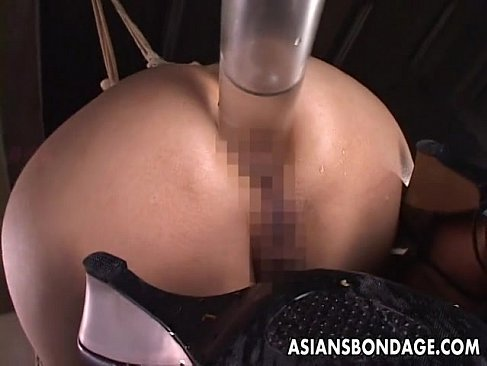 四つん這いで拘束された桃尻お姉さんが大量浣腸をされ大噴射してるアナル動画画像無料