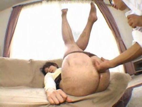 40代の美熟女妻が義理の息子におまんこと尻穴を弄られて快感に絶頂するアナル動画日本人無料