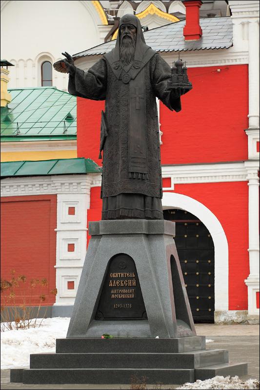 Зачатьевский монастырь, памятник святителю Алексию Московскому