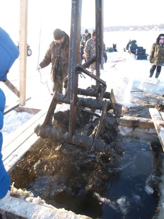 Работа поисковиков - поднятие военного самолета со дна озера Велье