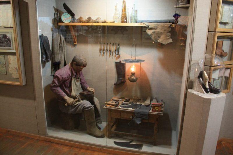 Сапожник за работой. Экспозиция Кимрского краеведческого музея. Фото с сайта музея