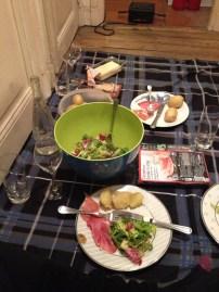 Pic Nic em casa, com raclette, vinho, crèpes, muito chic... no chão da casa do nosso amigo parisiense!