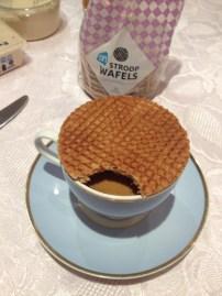 Stroopwaffel amolecendo com o vapor do café... <3