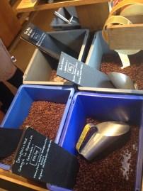 No Monmouth, variedades de café do mundo pra comprar e fazer em casa :)