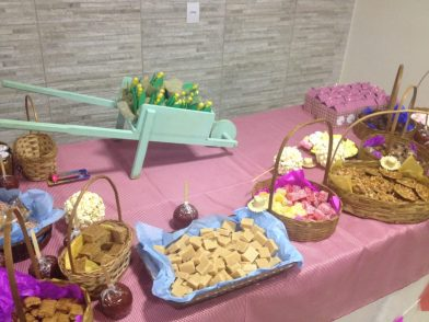 """Aniversário infantil com o tema """"festa junina""""... Me dei bem com os doces, claro! haha"""