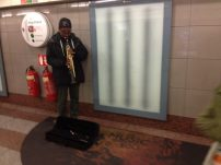 People busking, muito comum de se ver no underground, train, street, everywhere!