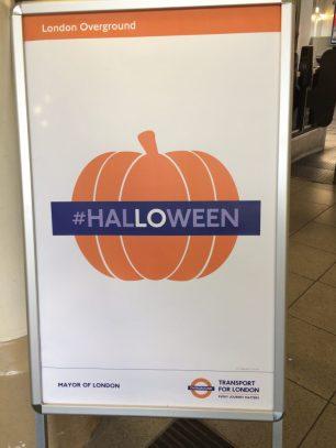 No dia 31, o que tinha na entrada da estação de trem... (LO = London Overground)
