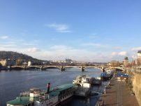Saindo do Vysehrad, ao fundo, o Castelo de Praga!