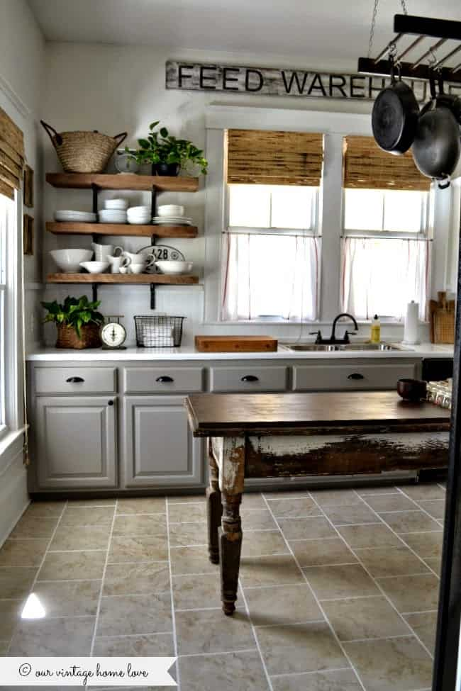 Farmhouse Kitchen Ideas on a Budget – Rustic Kitchen Decor. Farmhouse kitchen ideas on a budget are connected to harmonious style and to a stunning atmosphere of warmth, comfort, and friendliness. #farmhouse #farmhousestyle #rustic #homedecor #kitchendesign #rustichomedecor #kitchenideas