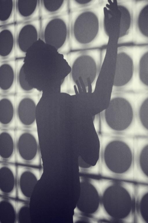 L'ombre d'une femme levant les mains au ciel. Lamentation.