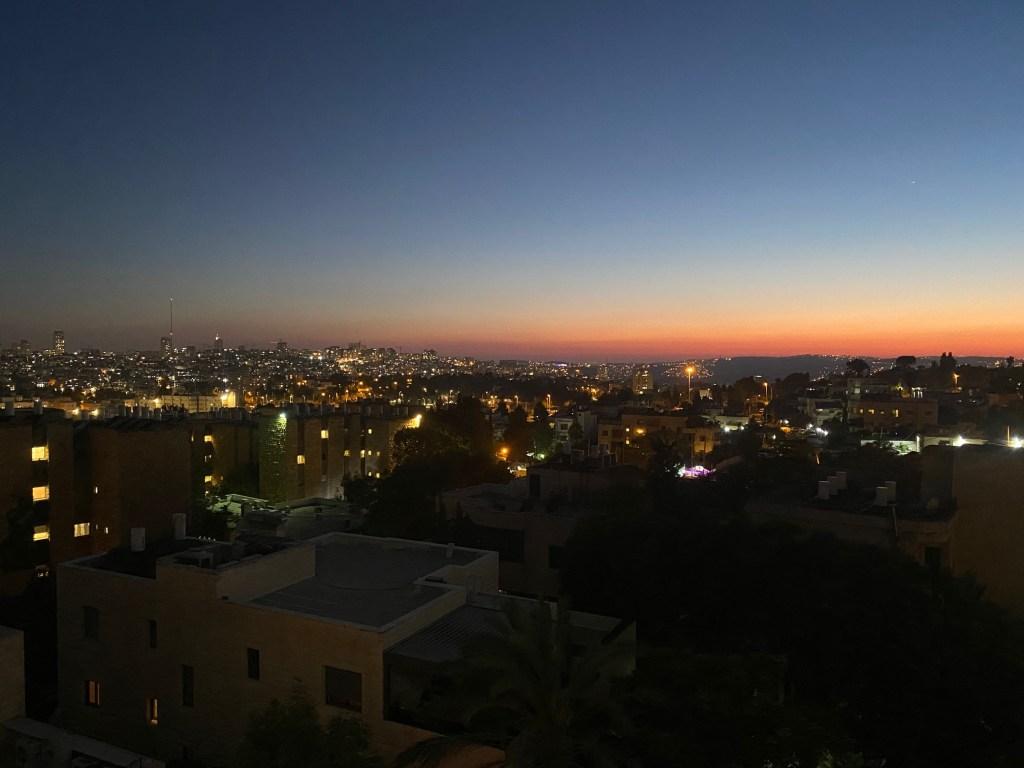 Description : La vue de Jérusalem au coucher de soleil à partir de la fenêtre de ma chambre à coucher.  Lieu: Mont Scopus, Jérusalem  Crédit photo: Anathalie Jean-Charles
