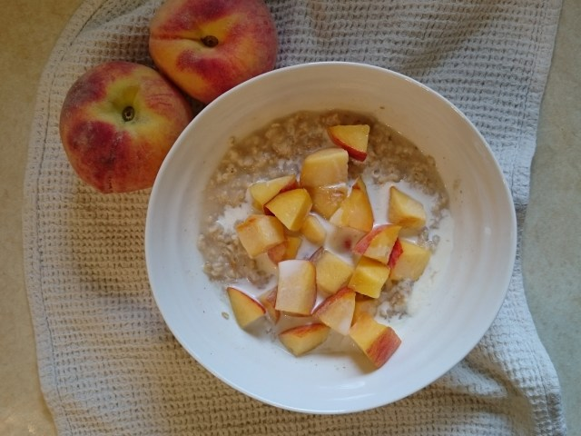 Oatmeal with fresh peaches