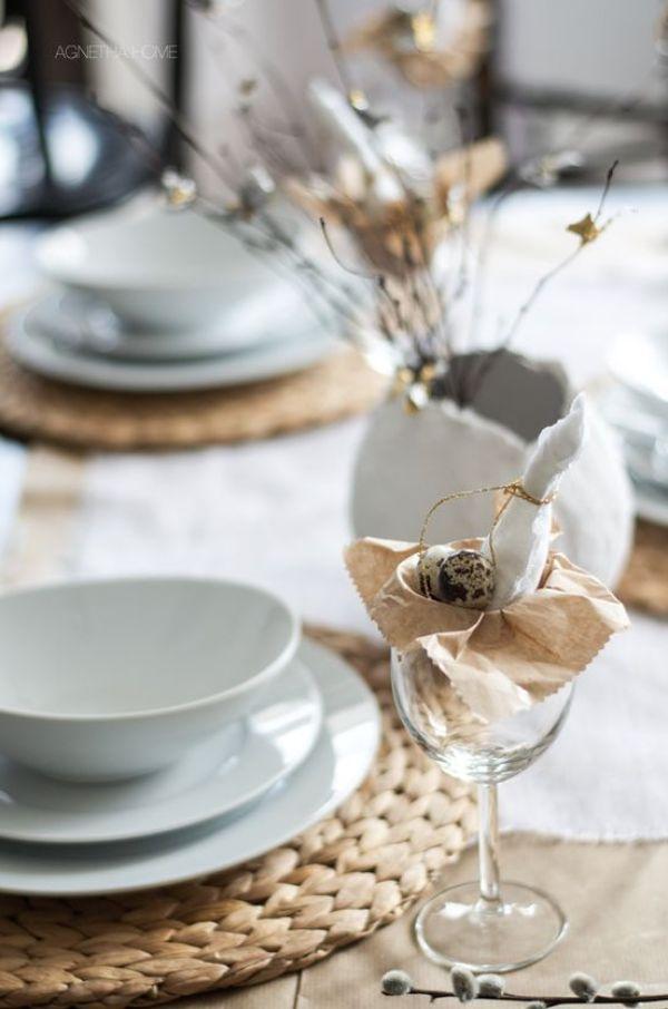 Decoración de mesa de tonos neutros para Pascua, con accesorios sencillos y de estilo nórdico @utrillanais