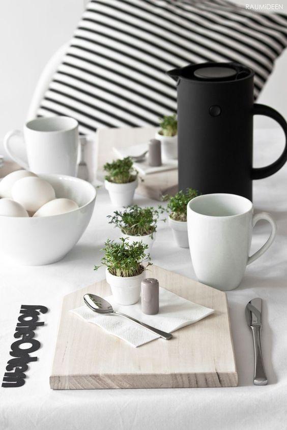 Decoración de mesa para Pascua de estilo nórdico y tonos neutros, para el desayuno
