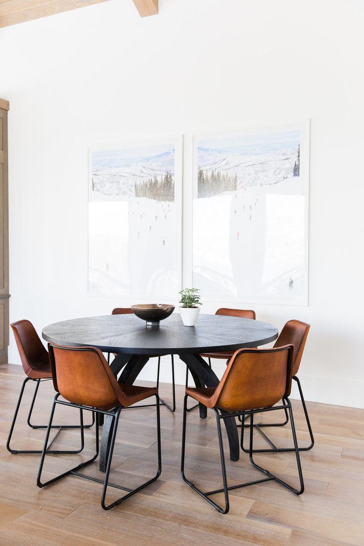 Zona de comedor mesa redonda y sillas de estilo Mid-century moderno