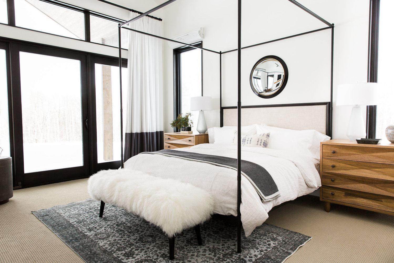 Habitación principal en blanco y negro de estilo industrial chic
