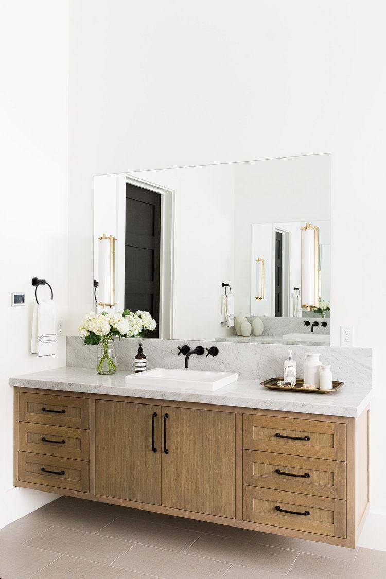 Baño en blanco, negro y madera de estilo clásico moderno