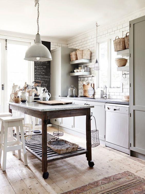 Decoración de interiores de estilo farmhouse aplicado en una cocina de tonos neutros