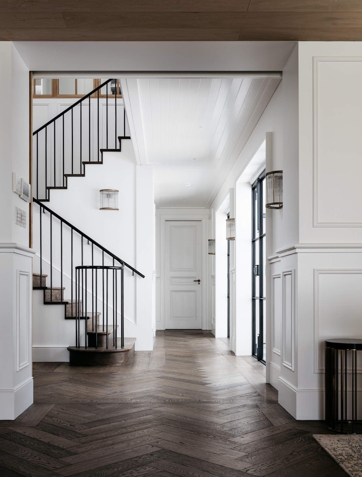 Zona de paso de escalera de estilo francés elegante y sofisticado