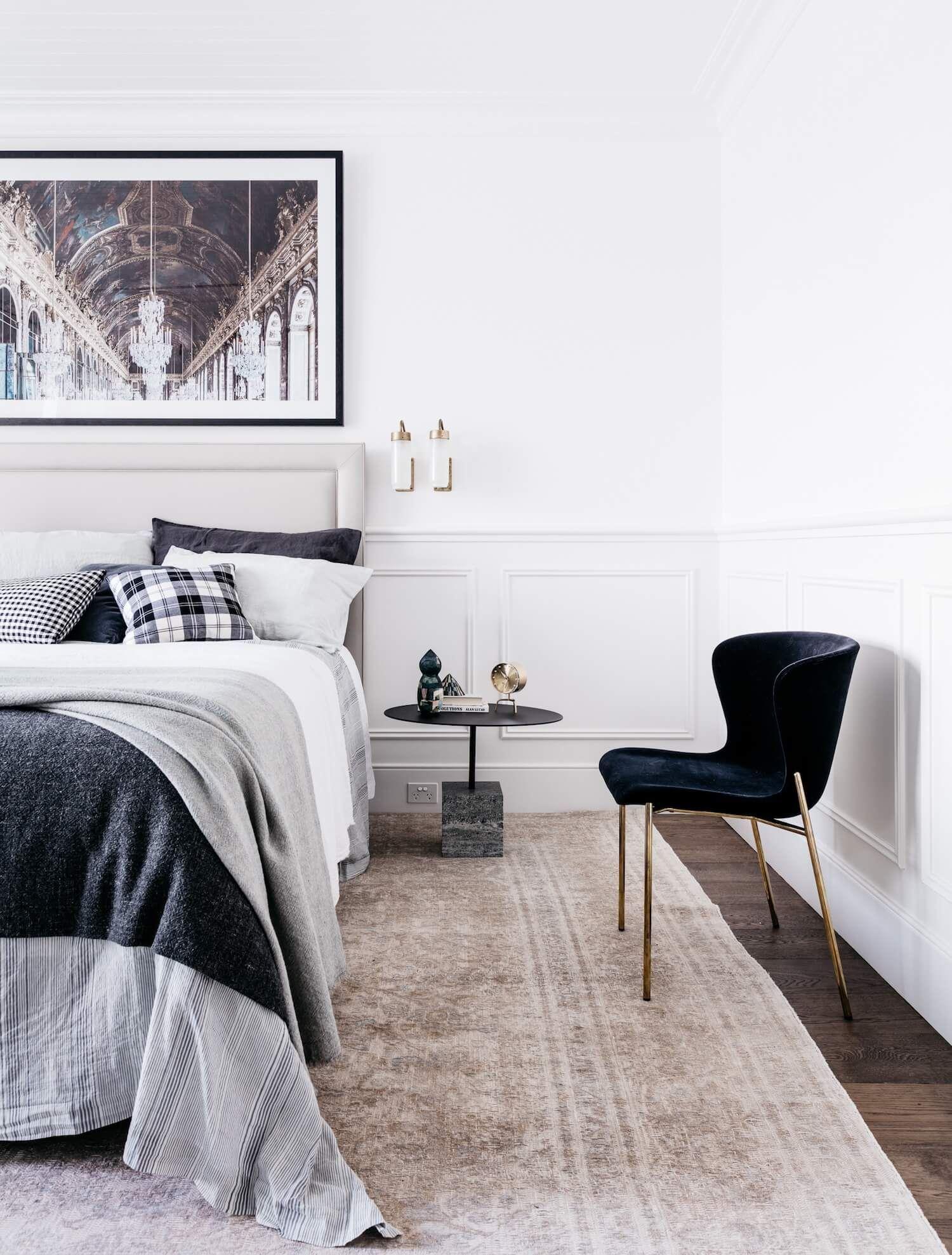 Dormitorio principal decorado con elegante estilo francés minimalista