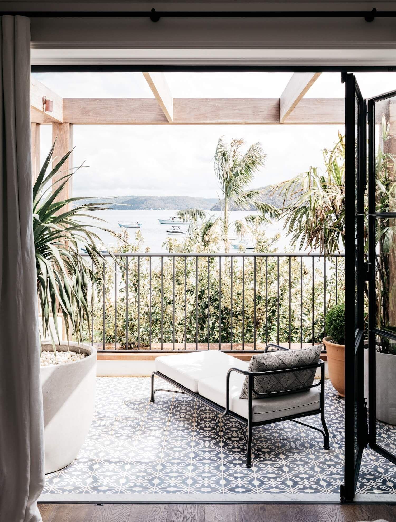 Espacio de terraza exterior de estilo francés minimalista