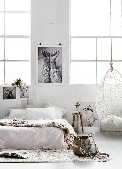 Dormitorio en blanco y gris de estilo norethnic