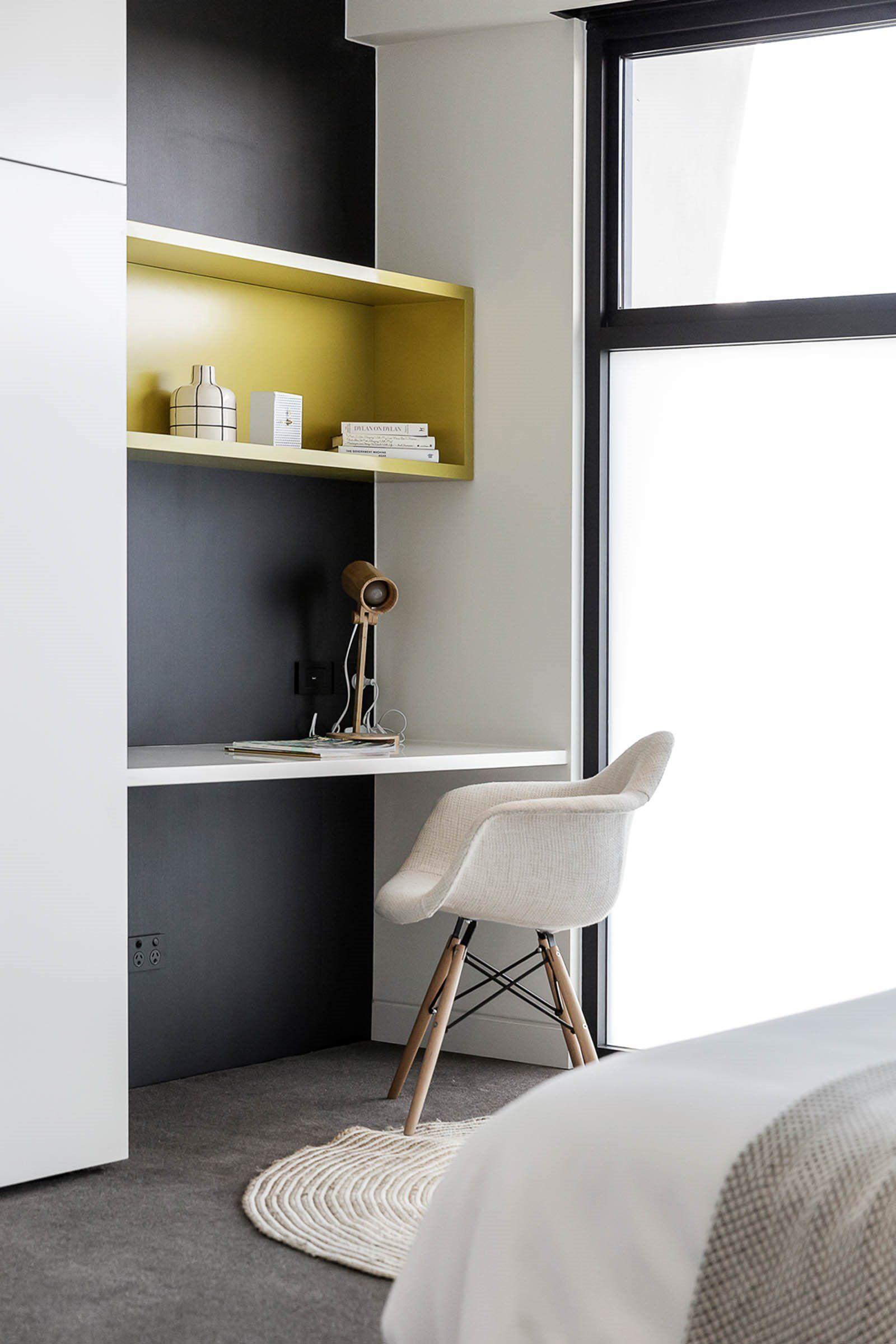 Espacio de zona de trabajo en habitación de estilo nórdico contemporáneo