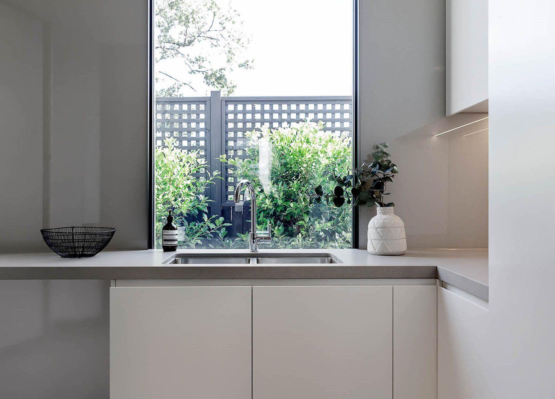 Decoración de interiores de cocina en madera y gris, minimalista