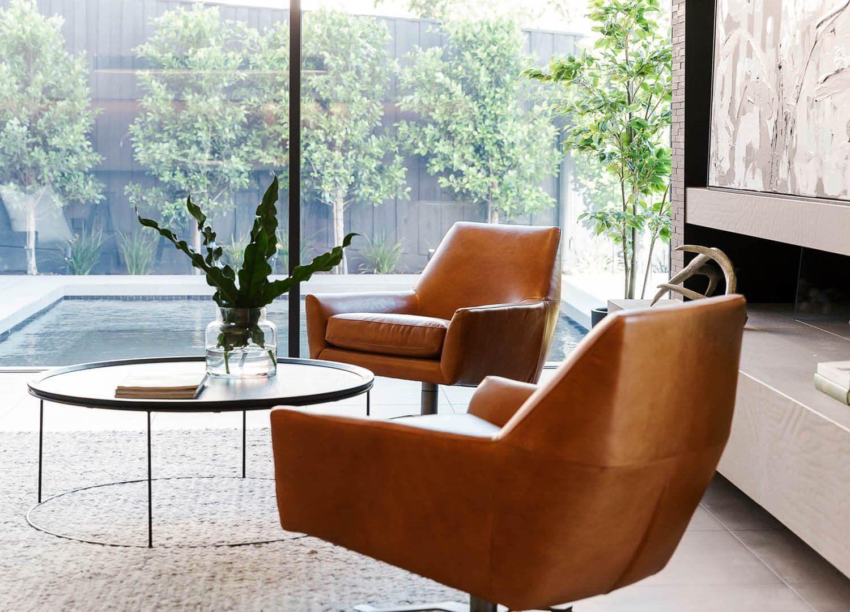Zona de estar de estilo mid century moderno