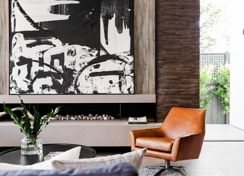 Decoración de interiores de espacios neutros de estilo masculino y mid century moderno