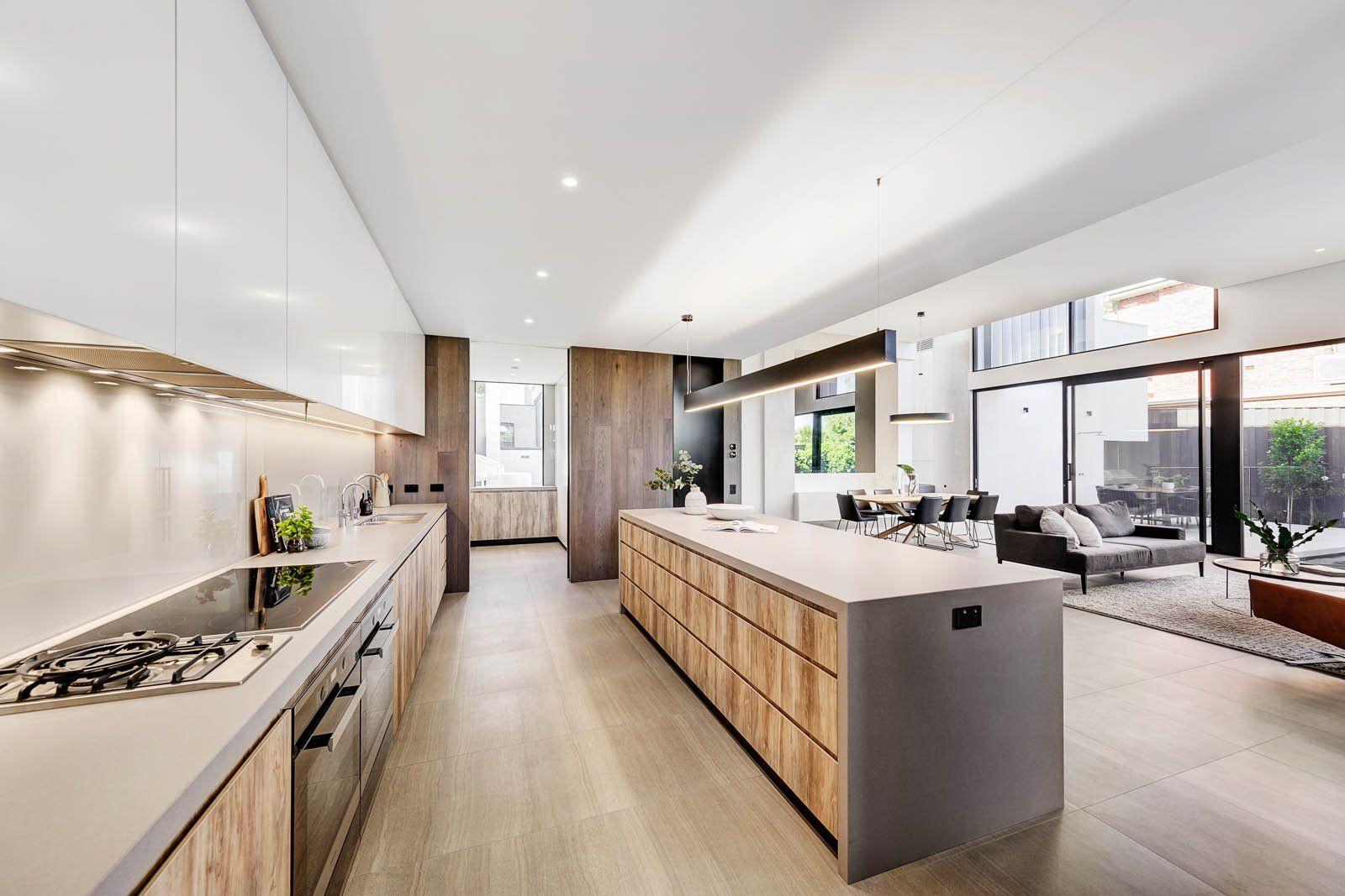 Espacio abierto de cocina y comedor de estilo contemporáneo mid century moderno