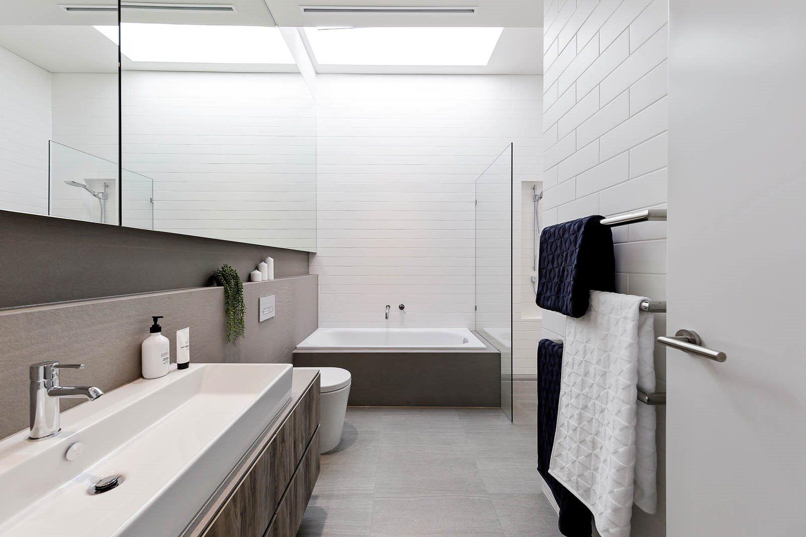Diseño de interiores y decoración para baños de estilo moderno y minimalista en tonos neutros