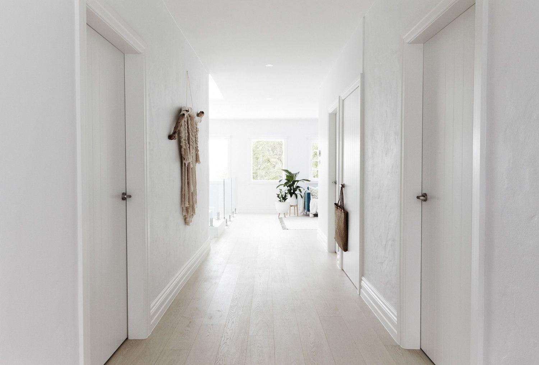 Entrada y pasillo de una casa de estilo nordethnic en Australia