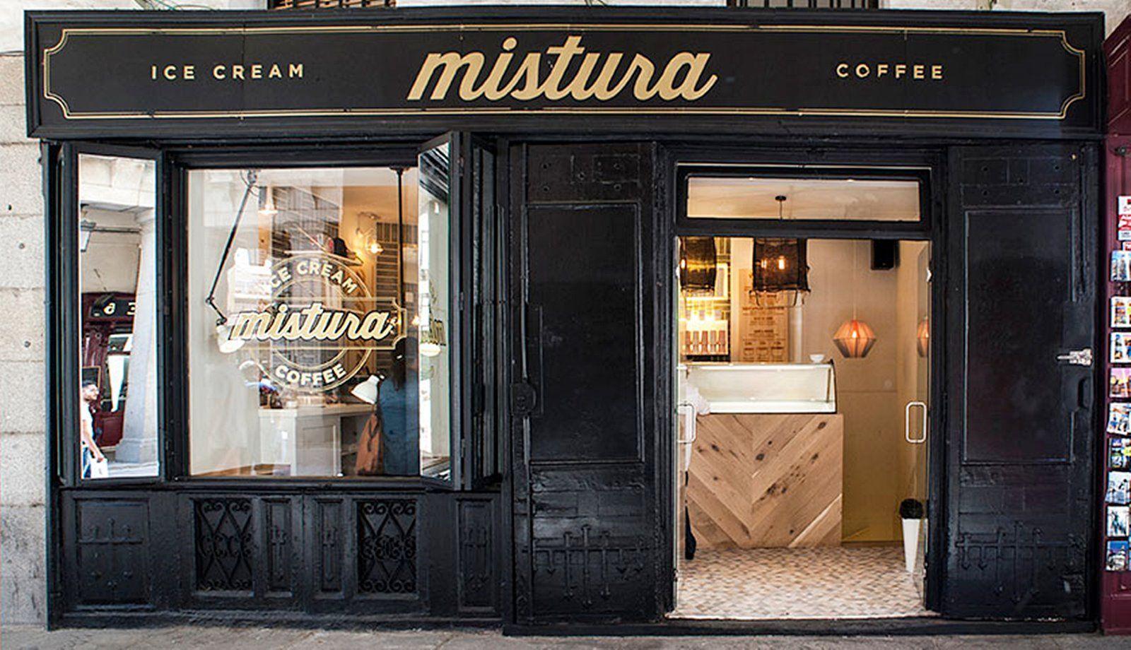 Fachada de estilo industrial clásico neoyorkino de la heladería Mistura en Madrid
