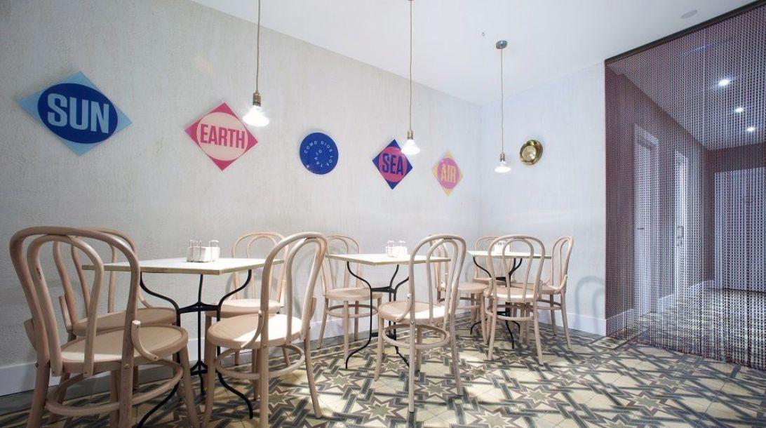 Interior de taberna Conservas Nudista en Madrid de estilo nórdico minimalista
