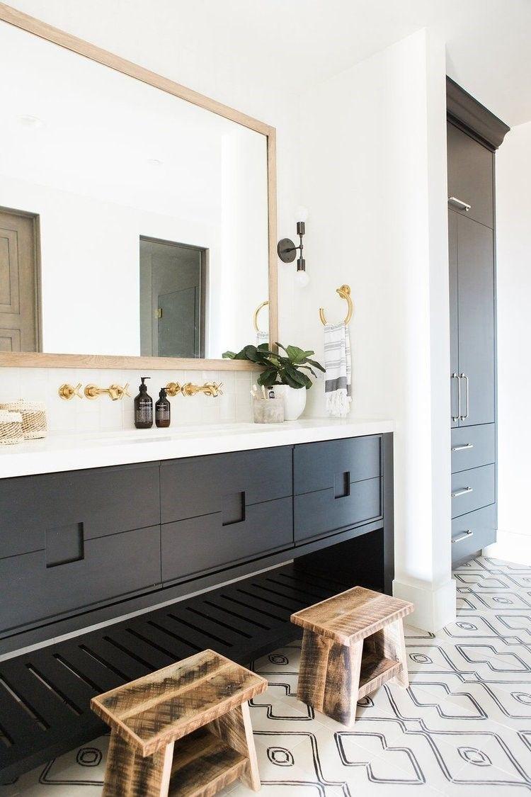 Baño de estilo farmhouse moderno en tonos neutros