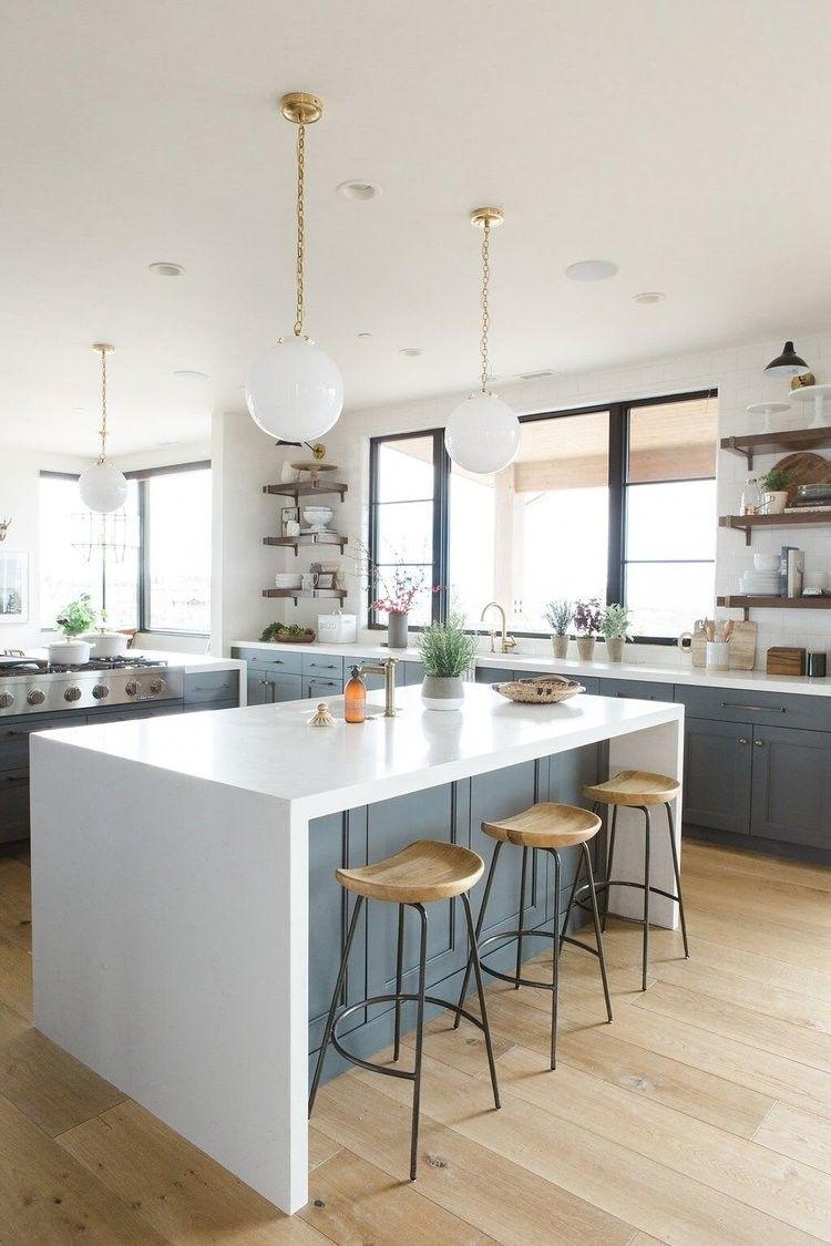Cocina de estilo farmhouse moderno o clásico renovado en color azul oscuro