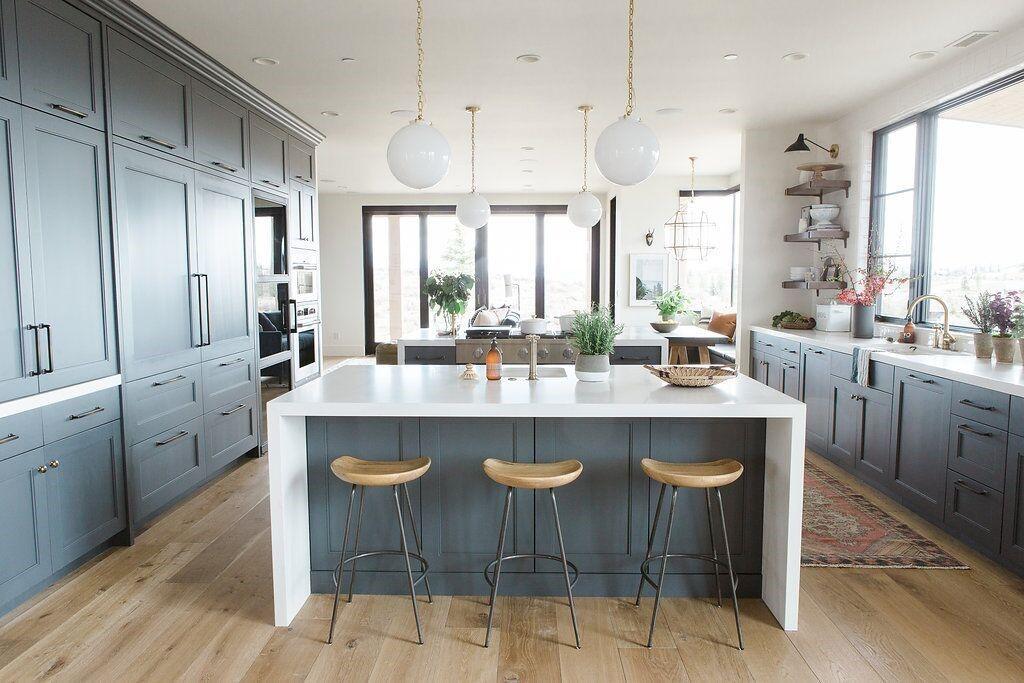 Cocina de estilo farmhouse moderno en color azul marino