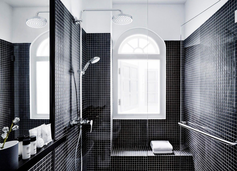 Decoración de interiores de habitación del hotel Mono en Singapur, baño estilo minimalista monocromo @Utrillanais