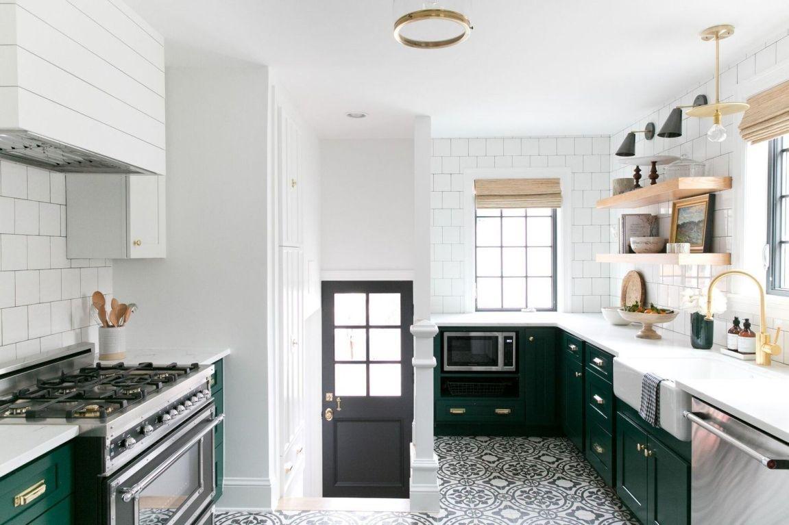 Proyecto decoración de interiores para casa de estilo tudor por McGee, de estilo farmhouse moderno, cocina en verde y blanco con detalles de madera natural @Utrillanais