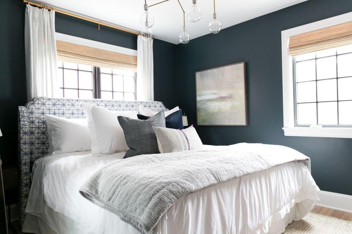 Habitación principal de estilo farmhouse moderno de intensos azules, por McGee @Utrillnaais