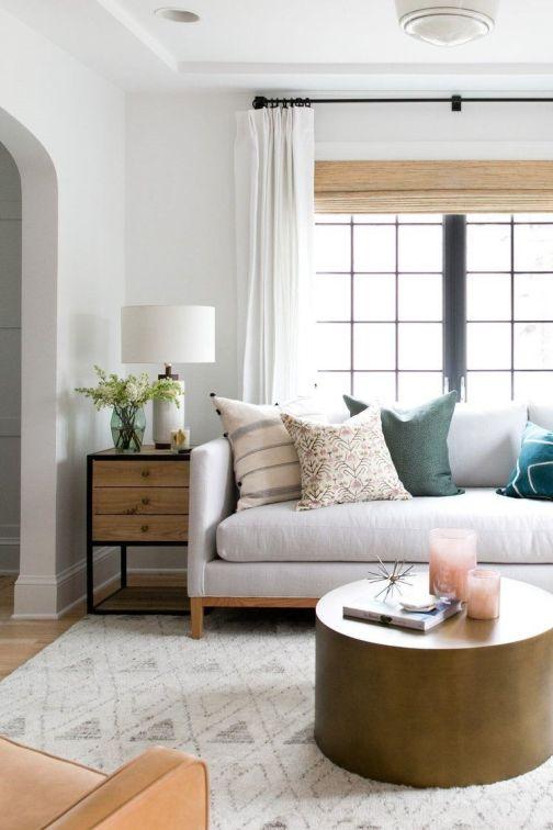Salón cálido y acogedor de tonos naturales de estilo farmhouse por McGee, detalles cálidos, confortables @Utrillanais